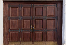 Puerta antigua grande de madera fotografía de archivo