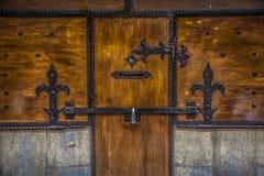 Puerta antigua medioeval de madera con la cerradura y los frisos Foto de archivo