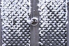 Puerta antigua nevada imagenes de archivo