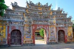 Puerta antigua Unrestored de la tonalidad imperial de la ciudad, puerta de Vietnam de la ciudad Prohibida de la tonalidad foto de archivo libre de regalías