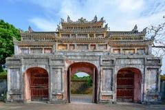Puerta antigua Unrestored de la tonalidad imperial de la ciudad, puerta de Vietnam de la ciudad Prohibida de la tonalidad imagenes de archivo