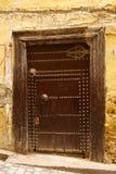 Puerta antigua vieja a un hogar árabe. Fes, Marruecos imagen de archivo