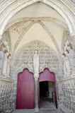 Puerta antigua y fachada rojas de la iglesia adornadas Fotografía de archivo