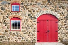 Puerta arqueada rojo brillante y Windows Imágenes de archivo libres de regalías