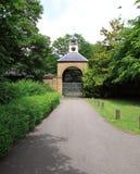 Puerta arqueada Weathervane del reloj de la yarda Fotografía de archivo