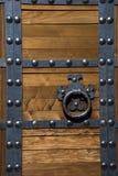 Puerta asiática de la fortaleza del estilo con los remaches Imagenes de archivo