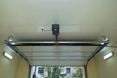 Puerta automática del garaje dentro Foto de archivo