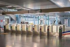 Puerta automática del pago en la estación de tránsito de Rapid total del MRT El MRT es el último sistema de transporte público de Fotos de archivo libres de regalías