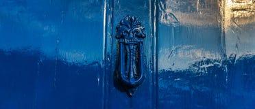 Puerta azul con el golpeador de cobre amarillo en la forma decorativa, hogar hermoso Imagen de archivo libre de regalías