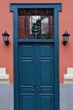 Puerta azul con el modelo antiguo del hierro Foto de archivo