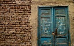 Puerta azul con la escritura árabe, ciudad de Luxor, Egipto Imagen de archivo
