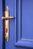 Puerta azul con la maneta Foto de archivo libre de regalías