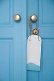 Puerta azul con la muestra de la ejecución Fotografía de archivo libre de regalías
