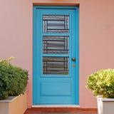 Puerta azul de la casa elegante en la pared rosada, Atenas Grecia Imagen de archivo