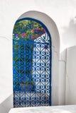 Puerta azul de la corte árabe Foto de archivo