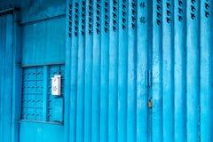 Puerta azul de la tienda del hierro en Macao Foto de archivo libre de regalías