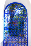 Puerta azul de las barras en el patio blanco Foto de archivo libre de regalías