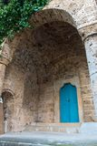 Puerta azul de un monasterio, el color de la madera que juega agradable w Fotos de archivo