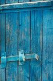 Puerta azul de viejos tableros con un cierre Foto de archivo libre de regalías