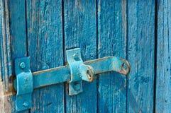 Puerta azul de viejos tableros con un cierre Fotografía de archivo