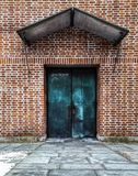 Puerta azul en la pared de ladrillo roja foto de archivo libre de regalías