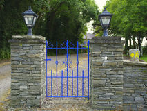 Puerta azul en la ruta Irlanda de Waymarked imagenes de archivo
