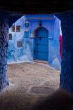 Puerta azul en una calle de Chefchaouen, Marruecos Foto de archivo