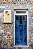 Puerta azul, pájaros azules en la ciudad de St Nectaire, Auvergne, Francia Fotos de archivo libres de regalías