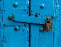 Puerta azul robusta con la cerradura Imagen de archivo libre de regalías