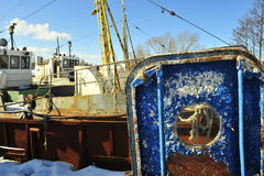 Puerta azul vieja de la nave envejecida con una porta. fotografía de archivo libre de regalías