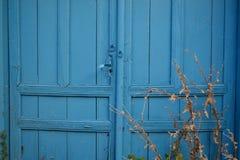 Puerta azul vieja retra Foto de archivo