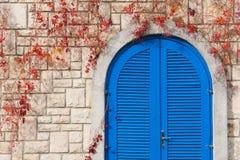 Puerta azul viva fotos de archivo