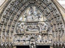 Puerta bíblica Notre Dame Cathedral Paris France de la Virgen de las estatuas Imágenes de archivo libres de regalías