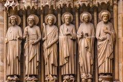 Puerta bíblica Notre Dame Cathedral Paris France de las estatuas del santo Imágenes de archivo libres de regalías