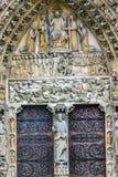 Puerta bíblica Notre Dame Cathedral Paris France del juicio de las estatuas Imagenes de archivo
