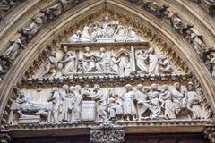 Puerta bíblica Notre Dame Paris France de los claustros de las estatuas Imágenes de archivo libres de regalías