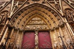Puerta bíblica Notre Dame Paris France de los claustros de las estatuas Fotos de archivo libres de regalías