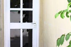 Puerta blanca con los vidrios negros fotos de archivo libres de regalías