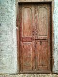 Puerta blanca de la pared y de la nuez Fotos de archivo
