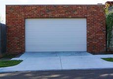 Puerta blanca del garaje fotografía de archivo