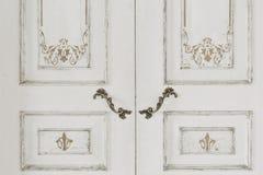 Puerta blanca grande cerrada y manijas del metal del vintage imágenes de archivo libres de regalías