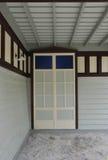 Puerta blanca retra en la pared blanca Fotos de archivo libres de regalías