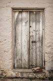 Puerta blanca vieja de la madera en la pared rascada Imagenes de archivo