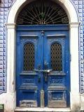 puerta bloqueada azul vieja Imágenes de archivo libres de regalías