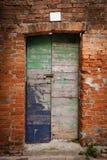 Puerta bloqueada de madera vieja con la pintura de la peladura fotos de archivo