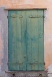 Puerta bloqueada de madera vieja con la pintura de la peladura foto de archivo