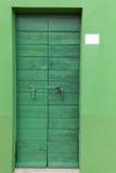Puerta bloqueada verde de madera vieja imagen de archivo libre de regalías