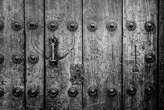 Puerta bloqueada vieja con la puerta antigua de la manija del hierro Foto de archivo