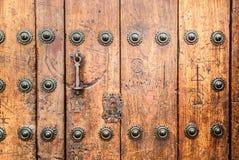 Puerta bloqueada vieja con la puerta antigua de la manija del hierro Fotografía de archivo libre de regalías