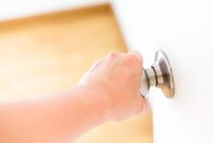 Puerta botón-blanca de la puerta de abertura de la mano Fotografía de archivo libre de regalías